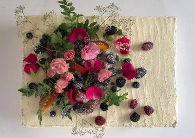 tort weselny owocowo kwiatowy