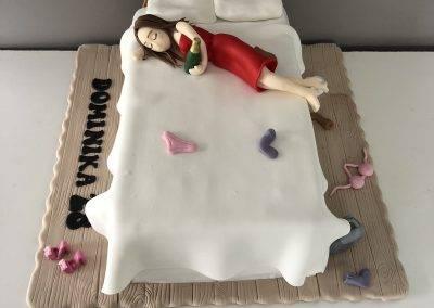 tort urodzinowy pani na lozku