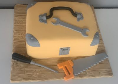 tort skrzynaka z narzedziami