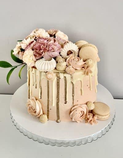 tort kremowy z gozdzikami