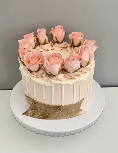 tort drip z różami