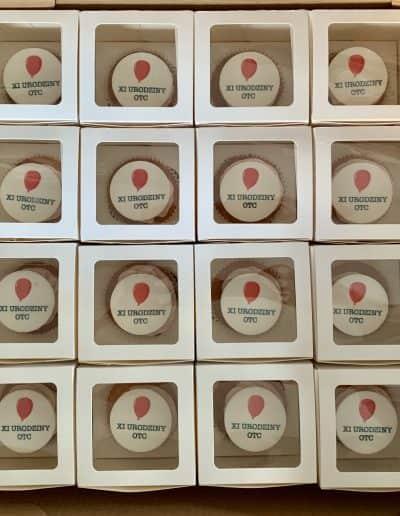 muffinki z logo pakowane w oddzielne pudeleczka, cena 12 zl