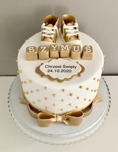 tort na chrzest buciki